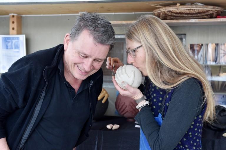 Regula Kaeser-Bonanomi «beweist» DeinAdieu-Autor Martin Schuppli, dass Urnen singen können. (Foto: Daniela Friedli)