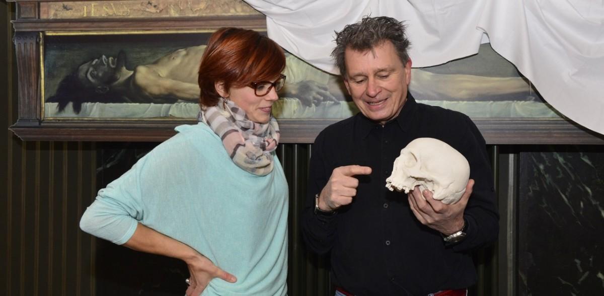 DeinAdieu-Autor Martin Schuppli zeigt Angela Maria Villiger den gekauften Totenkopf. (Foto: Bruno Torricelli)