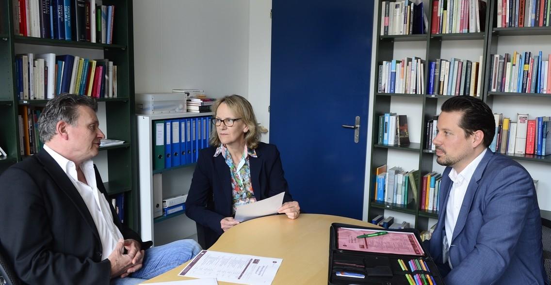 Dr. Ruth Baumann-Hoelzle im Gespräch mit Nicolas Gehrig (r.) und Martin Schuppli (Foto: Bruno Torricelli)